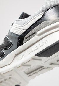 New Balance - CM997 - Matalavartiset tennarit - grey/black - 5