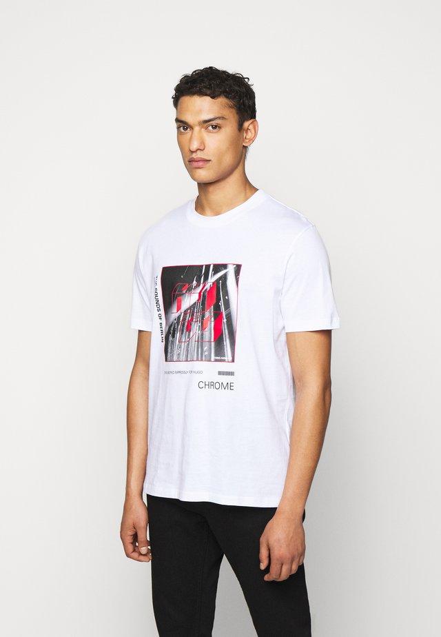 DWEET - T-shirt med print - white