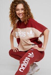 adidas Originals - BOXY TEE - T-shirt med print - ash pearl - 3