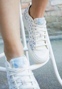 adidas Originals - NIZZA RF PLATFORM  - Baskets basses - offwhite/easy blue/collegiate navy - 4