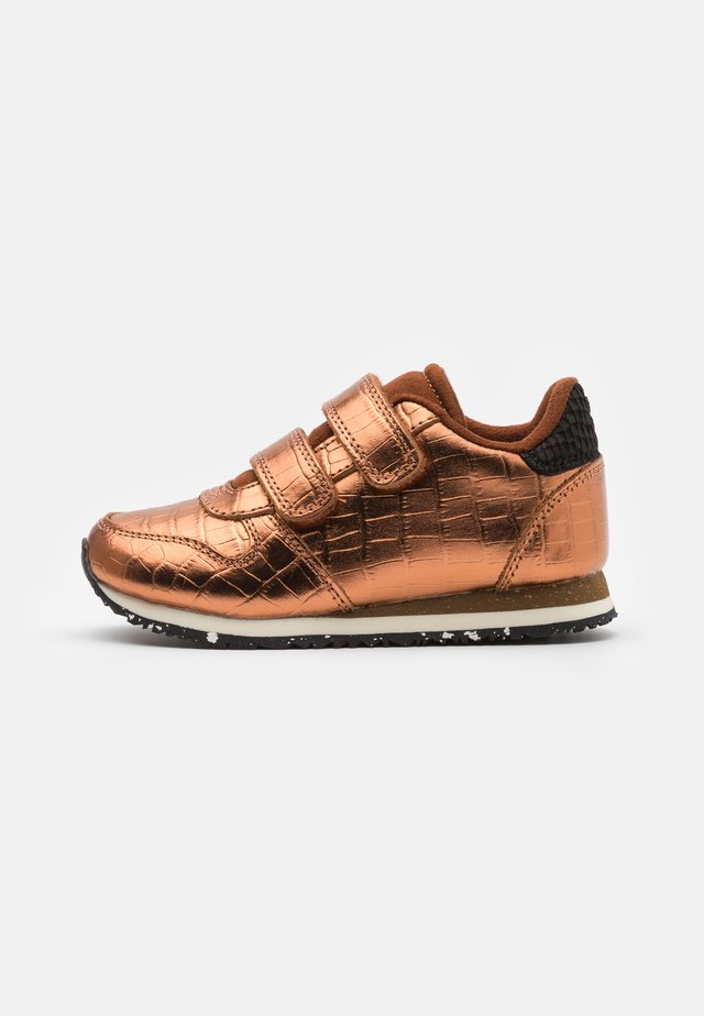 SANDRA SHINY - Sneakers laag - burnished copper