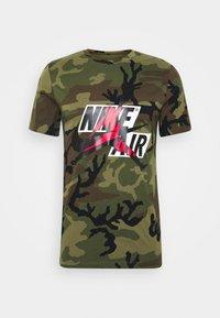CREW - Print T-shirt - medium olive/gym red