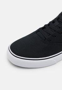Nike SB - CHRON 2 UNISEX - Sneakersy niskie - black/white - 5