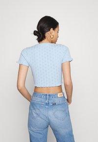 Glamorous - CROP WITH LETTUCE SHORT SLEEVES AND V NECK - Basic T-shirt - baby blue - 2