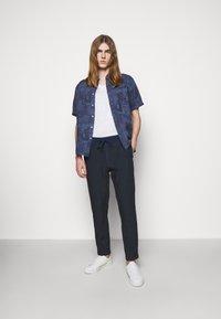 120% Lino - TROUSERS - Pantaloni - blue navy - 1