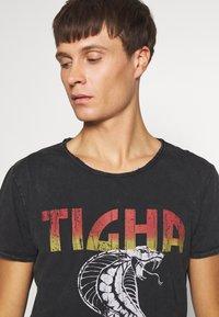 Tigha - WREN - T-shirt z nadrukiem - vintage black - 3