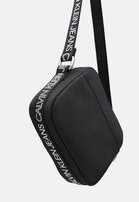 Calvin Klein Jeans - LOGO CROSS BODY BAG - Taška spříčným popruhem - black - 3