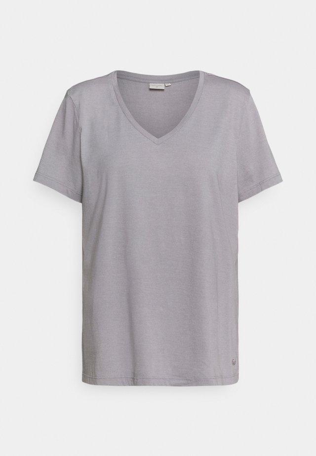 NAIA - Basic T-shirt - silver sconce