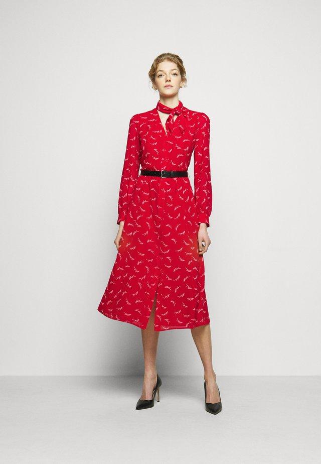 SIGNTRE LOGO - Košilové šaty - crimson