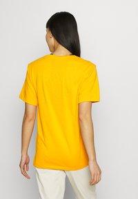 Peak Performance - TRACK TEE - T-shirt med print - explorange - 2