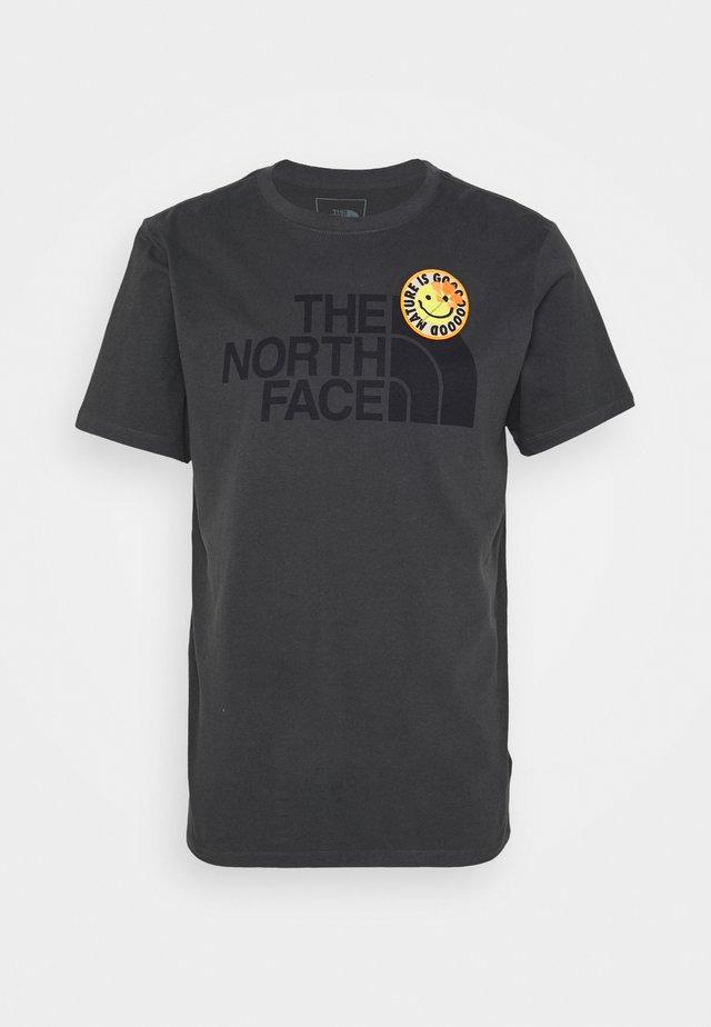 PATCHES TEE ASPHALT - T-shirt imprimé - asphalt grey
