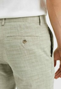 WE Fashion - SLIM FIT  - Trousers - green - 4