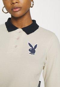 Missguided - PLAYBOY VARSITY CROP - Polo shirt - stone - 3