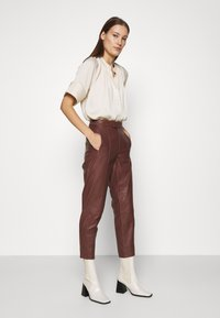 DAY Birger et Mikkelsen - GROW - Leather trousers - cocco - 3
