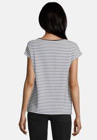 Betty & Co - Print T-shirt - weiß blau - 2