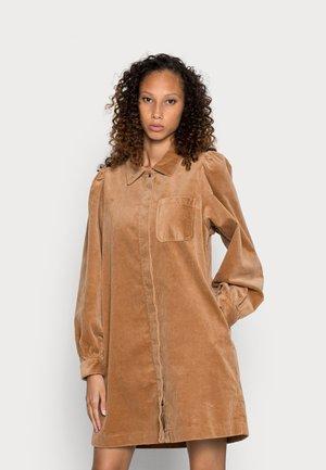 DRESS PATCH ON POCKET LONGSLEEVE - Sukienka koszulowa - apple cinnamon