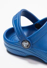 Crocs - CLASSIC UNISEX - Pool slides - blue jean - 2