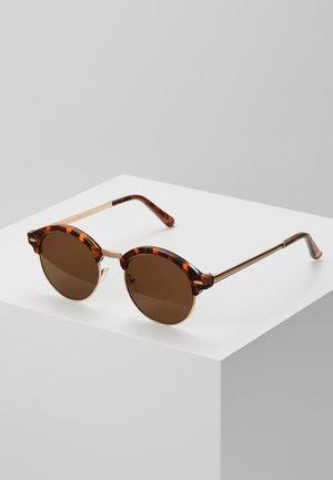 CORE CLUB ROUND - Sluneční brýle - brown