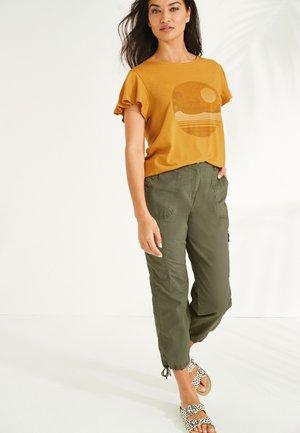 FLUTE SLEEVE - Camiseta estampada - yellow