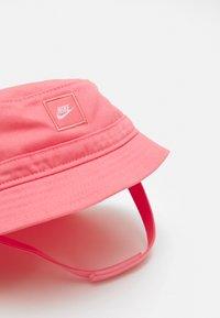 Nike Sportswear - CORE BUCKET HAT UNISEX - Hat - sunset pulse - 4