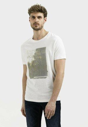 MIT PLATZIERTEM FOTOPRINT - Print T-shirt - broke white