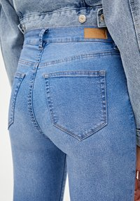 PULL&BEAR - MIT HALBHOHEM BUND - Jeans Skinny Fit - light blue - 3
