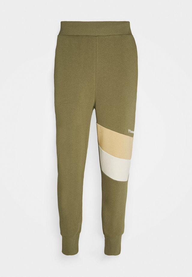 HMLAIDAN REGULAR PANTS - Teplákové kalhoty - burnt olive