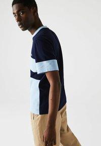 Lacoste - Print T-shirt - bleu marine / bleu clair - 2