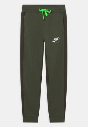 AIR PANT - Trainingsbroek - carbon green/sequoia/white