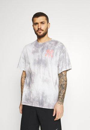 NEW YORK YANKEES TIE DYE GRAPHIC - Print T-shirt - multicolor