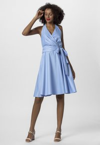 Apart - NECKHOLDER DRESS - Robe d'été - lightblue
