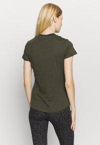 Puma - LOGO TEE - Print T-shirt - forest night - 2