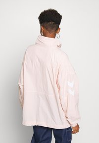 Hummel Hive - CALISTA OVERSIZED ANORAK - Windbreaker - cloud pink - 2