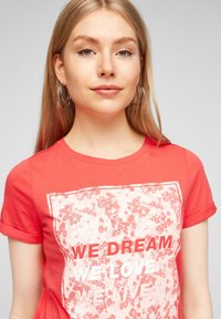 QS by s.Oliver - MIT FRONTPRINT - Print T-shirt - red - 4