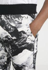 White Mountaineering - MOUNTAIN PRINTED - Teplákové kalhoty - black - 4