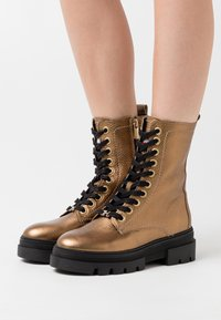Tommy Hilfiger - RUGGED CLASSIC METALLIC BOOTIE - Platform ankle boots - dark gold - 0