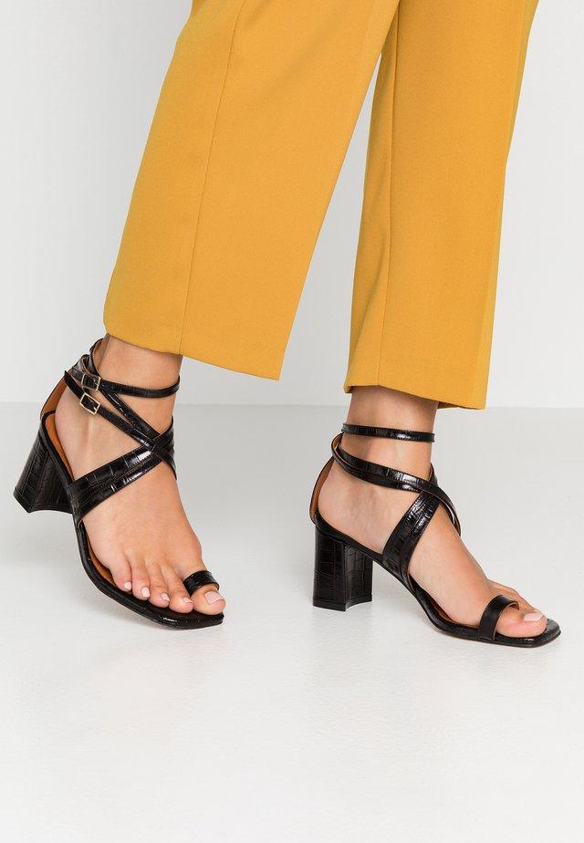 PISTO - Sandály s odděleným palcem - black