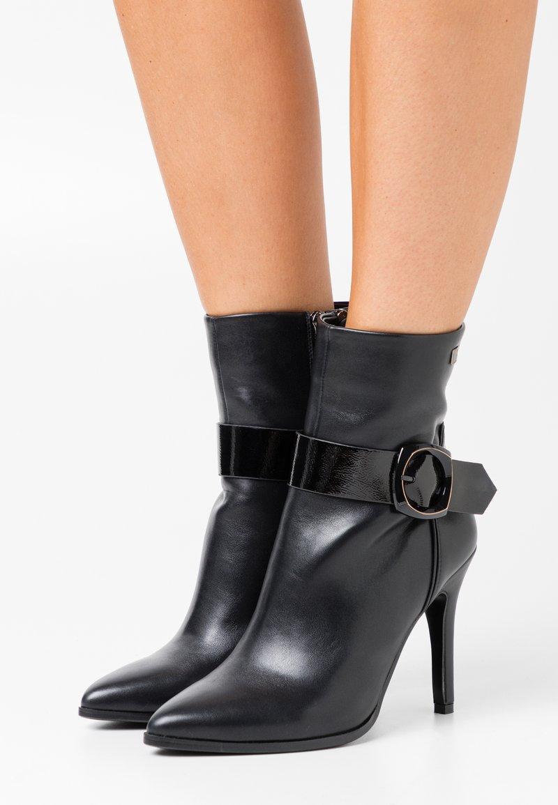 Laura Biagiotti - Kotníková obuv na vysokém podpatku - black