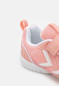 Hummel - AEROTEAM 2.0 JR VC UNISEX - Sports shoes - dusty pink - 5