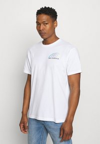 New Balance - ATHLETICS CIRCULAR STACK TEE - Print T-shirt - white - 2