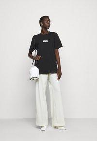 MM6 Maison Margiela - T-shirts med print - black - 1