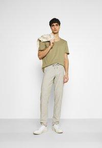 Selected Homme - SLHWYATT O NECK TEE  - T-shirt - bas - aloe - 1