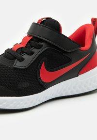 Nike Performance - REVOLUTION 5 UNISEX - Neutrální běžecké boty - black/university red/white - 5