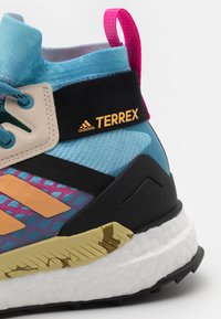adidas Performance - TERREX FREE HIKER PRIMEBLUE  - Vaelluskengät - haze sky/haze orange/screw pink - 5