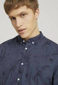 TOM TAILOR DENIM - Shirt - navy blue thistle print - 3