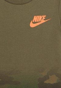 Nike Sportswear - TEXTURED CAMO MIDWAY TEE - Triko spotiskem - medium olive - 2
