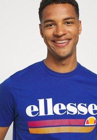 Ellesse - TRISCIA TEE - T-shirt z nadrukiem - blue - 3