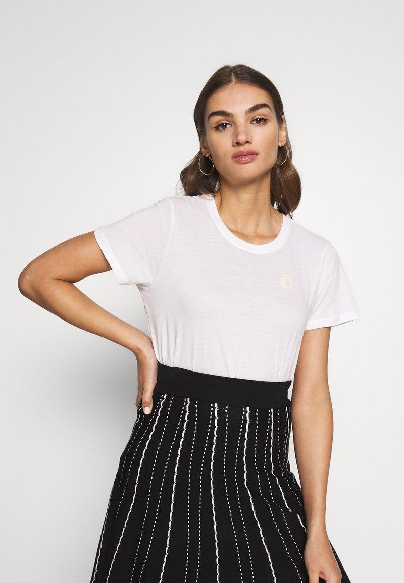 Scotch & Soda - WITH CHEST ARTWORK - T-shirts - white