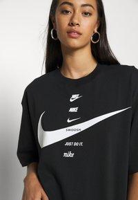 Nike Sportswear - Print T-shirt - black/white - 4