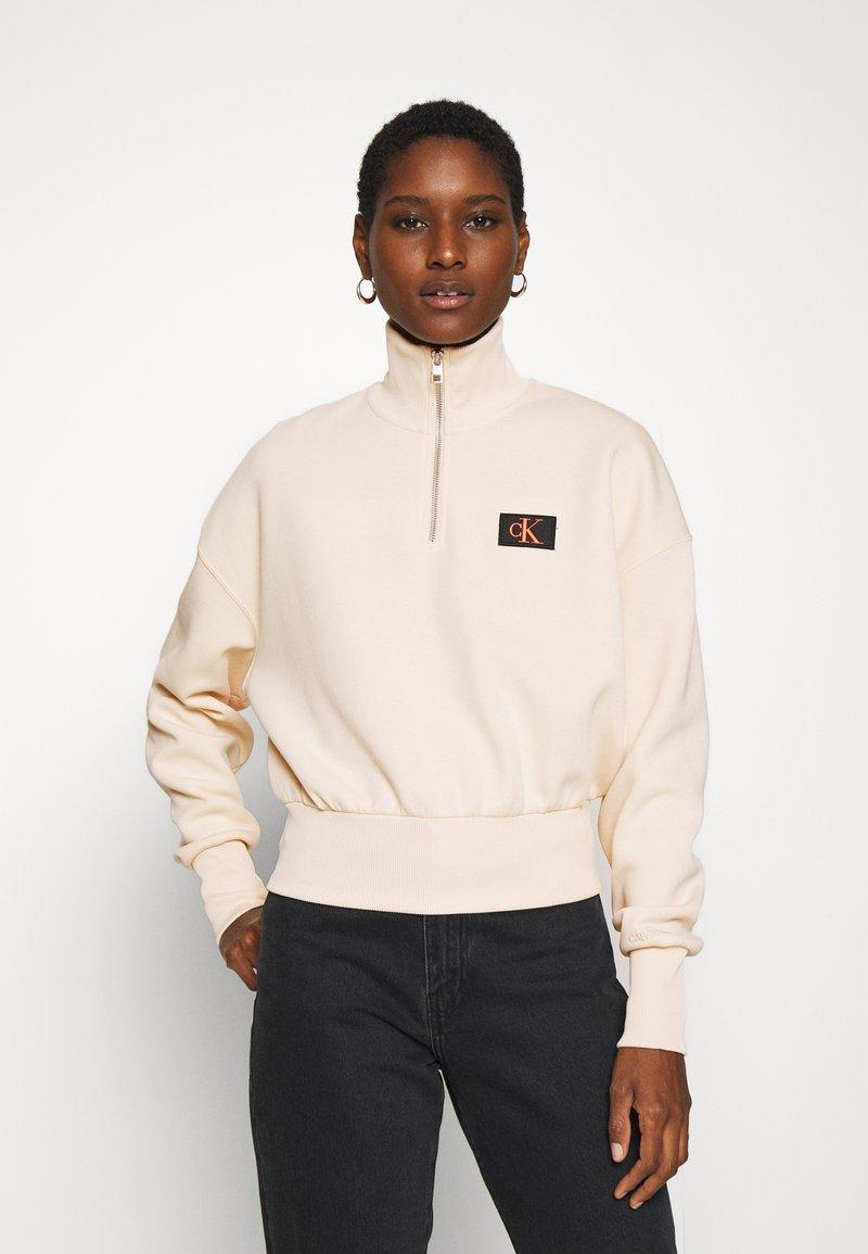 Calvin Klein Jeans - BADGE MOCK NECK ZIP - Long sleeved top - tapioca